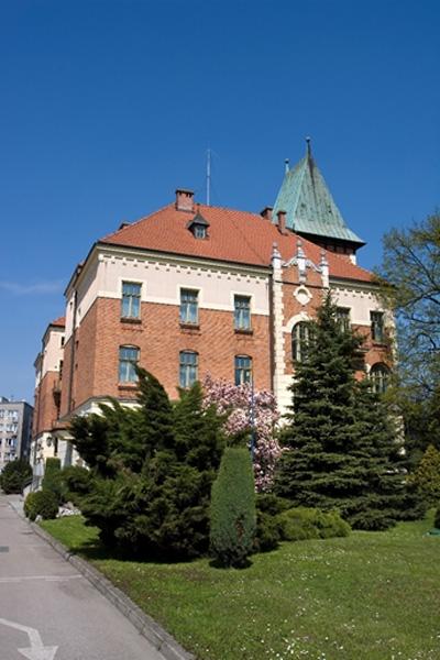 Siedziba Wodociągów Miasta Krakowa. Budynek z cegły. Ujęcie z boku.
