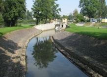 Fragment rzeki Dłubni wraz z zaporą.