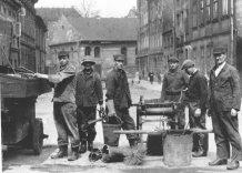 Archiwalne zdjęcie Pracowników trakcie wykonywania obowiązków. Czarno białe.